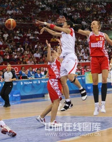 图文:女篮中国81比94俄罗斯 陈楠突破防守