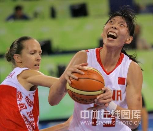 图文:女篮中国81比94俄罗斯 陈楠遭袭击