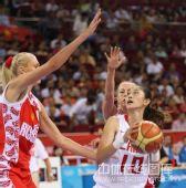图文:女篮中国81比94俄罗斯 隋菲菲在篮下