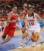 图文:女篮中国81比94俄罗斯 隋菲菲在追球