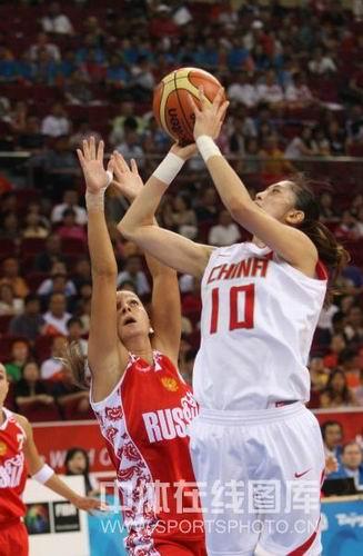 图文:女篮中国81比94俄罗斯 隋菲菲投篮中