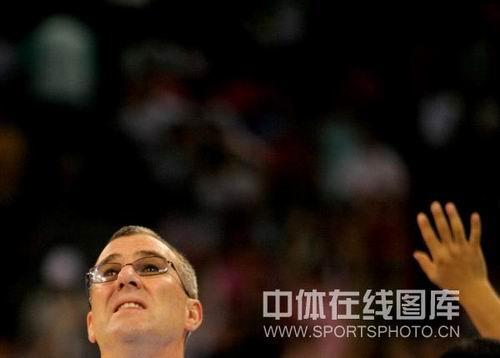 图文:女篮中国81比94俄罗斯 马赫在看球