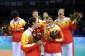 图文:中国女排获铜牌 中国队队员赵蕊蕊周苏红