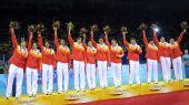 图文:中国女排获铜牌 中国队队员在颁奖仪式