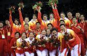 图文:中国女排获铜牌 在颁奖仪式后合影