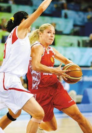 俄罗斯队球员伊洛娜·科斯汀(右)带球突破