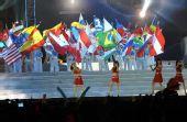 图文:奥帆赛闭幕晚会在青岛举行 美女演员演奏