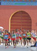 图文:男子马拉松赛况 肯尼亚选手塞缪尔夺金