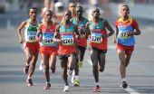 图文:男子马拉松赛况 肯尼亚塞缪尔·卡马乌