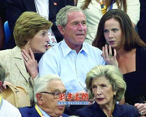 布什总统一家在水立方观看比赛。Osports供图