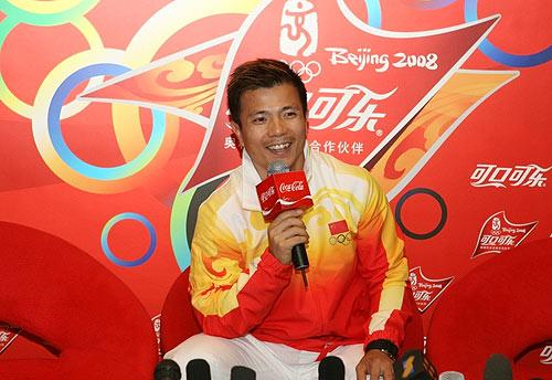 举重冠军张湘祥接受采访