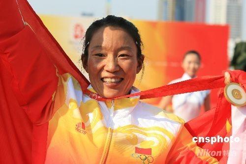 8月20日中午,在青岛奥林匹克帆船中心刚刚结束的北京奥运会女子帆板的比赛中,中国选手殷剑发挥出色,以总净得分39分摘得该项目的金牌。这是中国代表团获得的第一块奥运会帆船金牌,同时也是中国代表团在本届奥运会上获得的第44金。意大利选手达历山德拉·森西尼净得分40分屈居亚军。铜牌被英国选手布里妮·肖摘得,净得分是45分。 中新社发 肖兵 摄