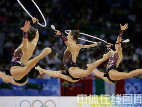 图文:艺术体操项目中国队摘银 姑娘们体态轻盈
