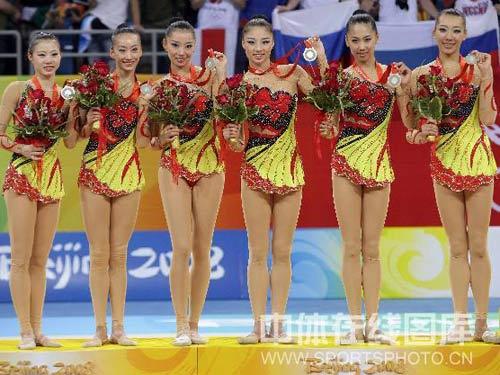 图文:艺术体操项目中国队摘银 姑娘们展示奖牌