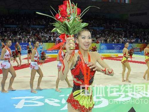 图文:艺术体操项目中国队摘银 手捧鲜花