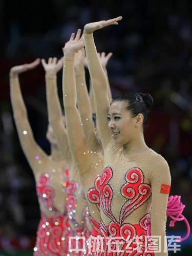 图文:艺术体操项目中国队摘银 挥手致意