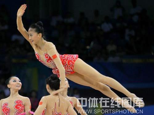 图文:艺术体操项目中国队摘银 空中飞燕