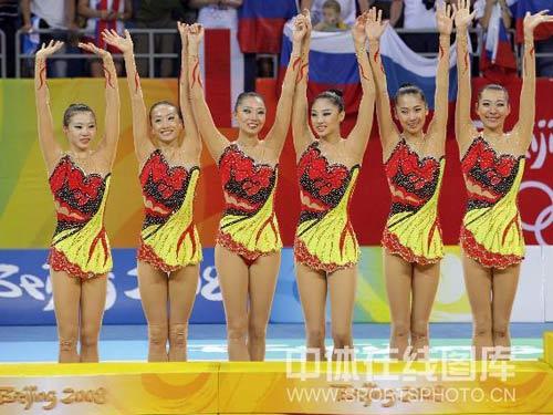 图文:艺术体操项目中国队摘银 美丽笑脸