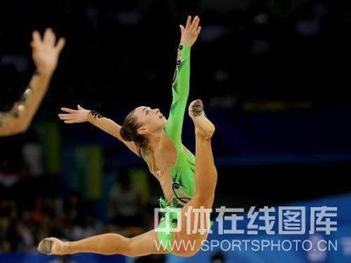图文:艺术体操项目中国队摘银 翩翩起舞