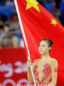 图文:艺术体操项目中国队摘银 金花舞动国旗