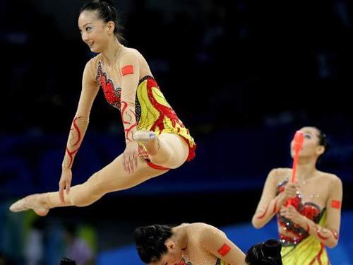 图文:艺术体操项目中国队摘银 姑娘轻盈舞动