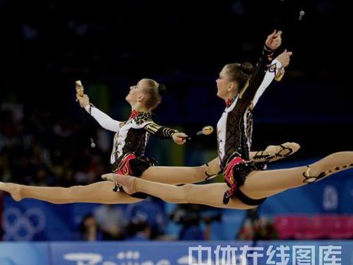 图文:艺术体操项目中国队摘银 队员轻盈起舞