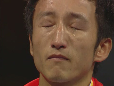 图文:拳击48KG级夺金 领奖台上邹市明泪流满面