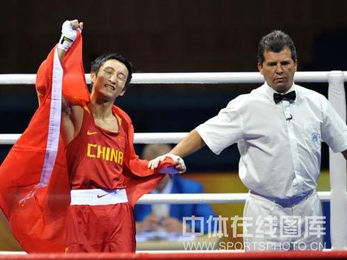 图文:拳击48公斤级邹市明摘金 宣告胜利