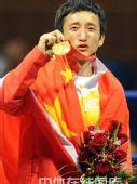图文:拳击48公斤级邹市明摘金 展示金牌