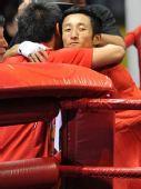 图文:拳击48公斤级邹市明摘金 紧紧拥抱