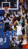 图文:阿根廷男篮获得铜牌 诺西奥尼拼抢篮板球