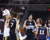 图文:阿根廷男篮获得铜牌 快乐的斯科拉傻笑