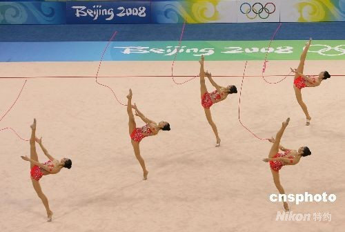 8月24日,中国艺术体操队在北京奥运会艺术体操集体全能决赛中夺得银牌,取得历史性突破。 中新社发 武仲林 摄
