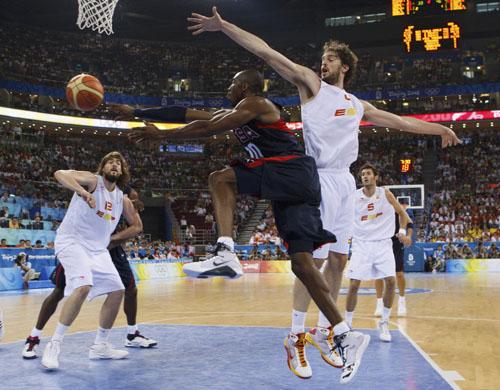 图文:男篮决赛美国VS西班牙  科比飞身上篮