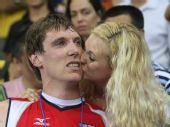 图文:奥运男排决赛美国夺冠 恋人亲吻庆祝