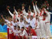 图文:奥运男排决赛美国夺冠 站在领奖台上