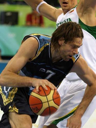 图文:男篮阿根廷胜立陶宛摘铜 突破进攻