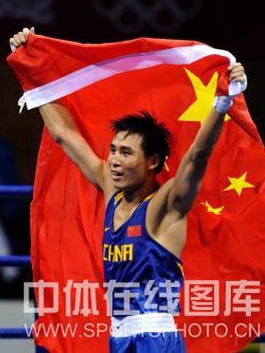 图文:拳击81公斤级张小平摘金 挥舞国旗庆祝