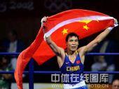 图文:拳击81公斤级张小平摘金 红旗下的骄傲