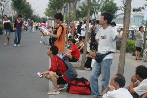 鸟巢外等待的人群