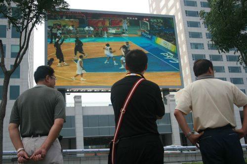 鸟巢外观看男篮决赛的人群