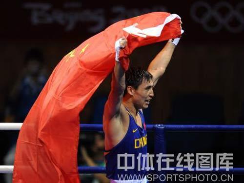 图文:拳击81公斤级决赛张小平摘金 胜利者姿态