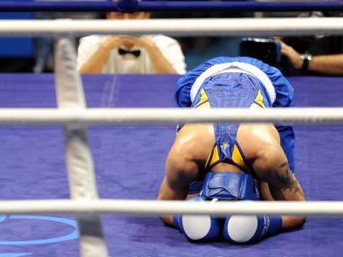 图文:拳击81公斤级决赛张小平摘金 跪谢观众