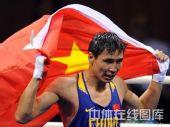 图文:拳击81公斤级决赛张小平摘金 身披红旗