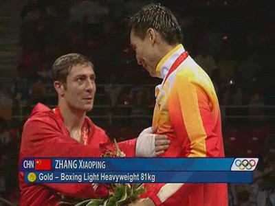 图文:张小平勇夺冠军 领奖台上与伊根互相致意