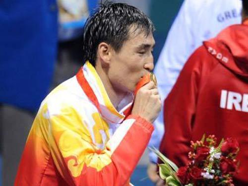 图文:拳击81公斤级决赛张小平摘金 亲吻金牌