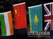 图文:拳击81公斤级决赛张小平摘金 国旗升起