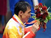 图文:拳击81公斤级决赛张小平摘金 展示奖牌