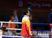 图文:拳击81公斤级决赛张小平摘金 面向国旗