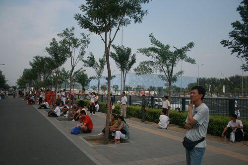 图文:奥运闭幕式观众开始入场 等待入场